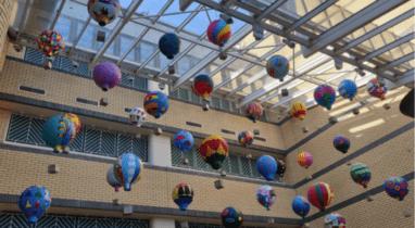 Εικαστική εγκατάσταση με αερόστατα σε νοσοκομείο
